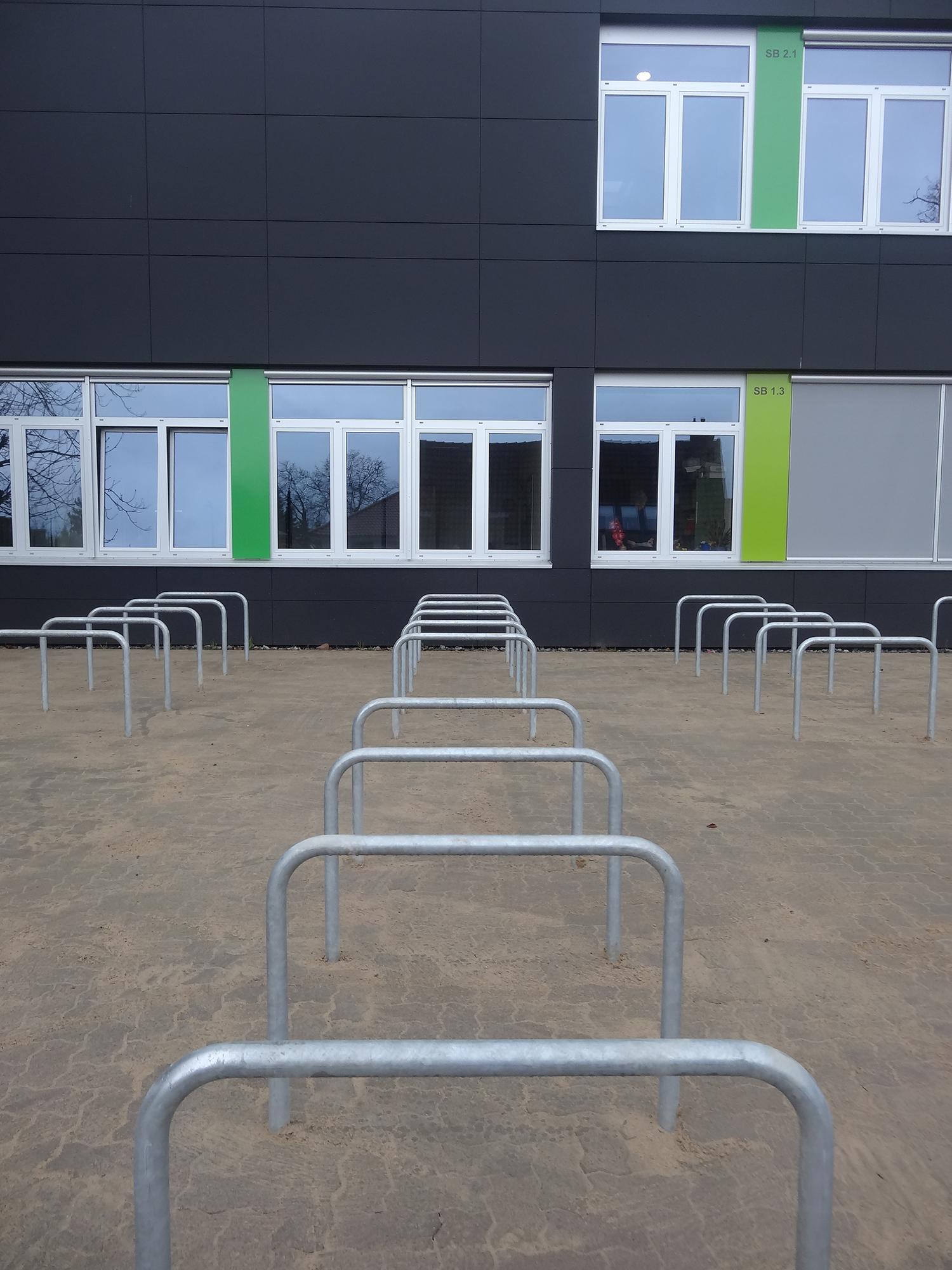 matthias-claudius-gymnasium-gehrden-schnittansicht-treppe-sitzen-terrasse-baum-bluete