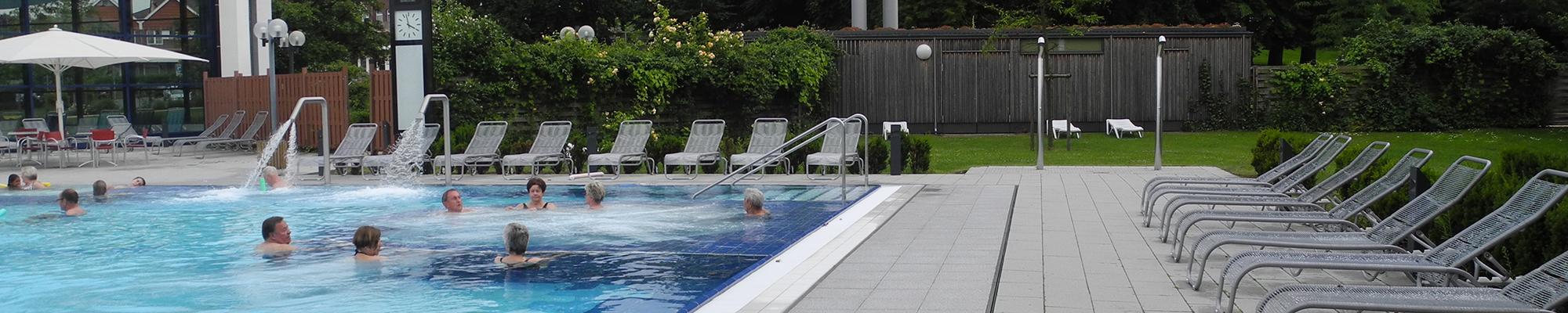 banner-landgrafentherme-bad-nenndorf-aussenbecken-schwimmen-liegen-bodenbelag-platten