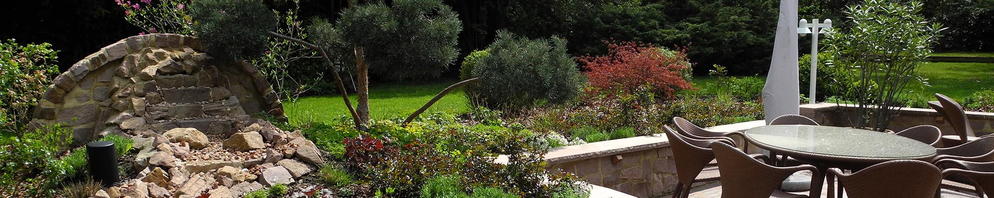 banner-privatgarten-terrasse-bach-wasserspiel-sitzgruppe