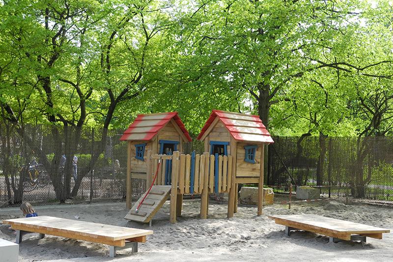 feature-kindertagesstaette-welfenplatz-spielhaus-sandkasten-spieltisch