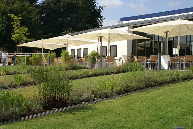 feature-landgrafentherme-bad-nenndorf-sanierung-beet-terrasse-sonnenschirm